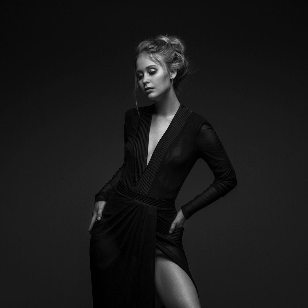Studioworks - Antonia - Markus Hertzsch - Pose - Girl - Portrait BW - Photography - Dress - Body