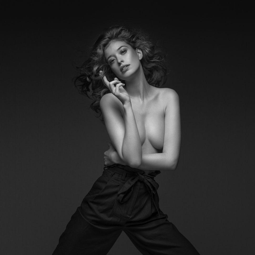 Studioworks - Sophie - Markus Hertzsch - Pose - Girl - Portrait BW - Photography  - Body - Fitness - Lingerie - Nude