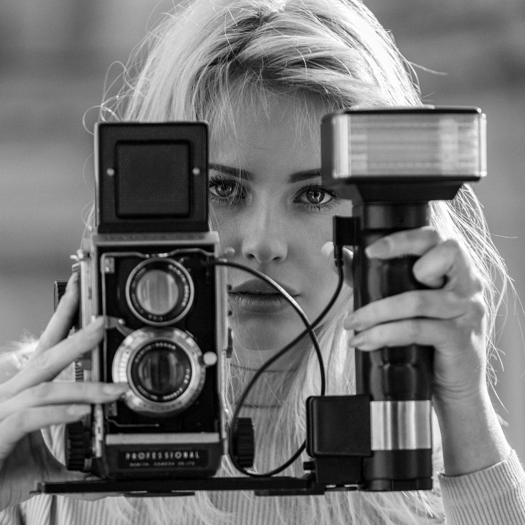 Two Beauties - Saskia & Mamiya C22 Professional - Markus Hertzsch - Camera - Girl - Flash
