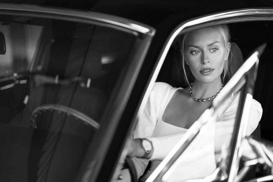 Ambition is a dream with a V8 engine (Elvis Presley) - Lisa - Markus Hertzsch - Ford - Mustang - V8 - Car - Model - Girl - Portrait - Look - BW - Mustang - Classiccar - Oldtimer
