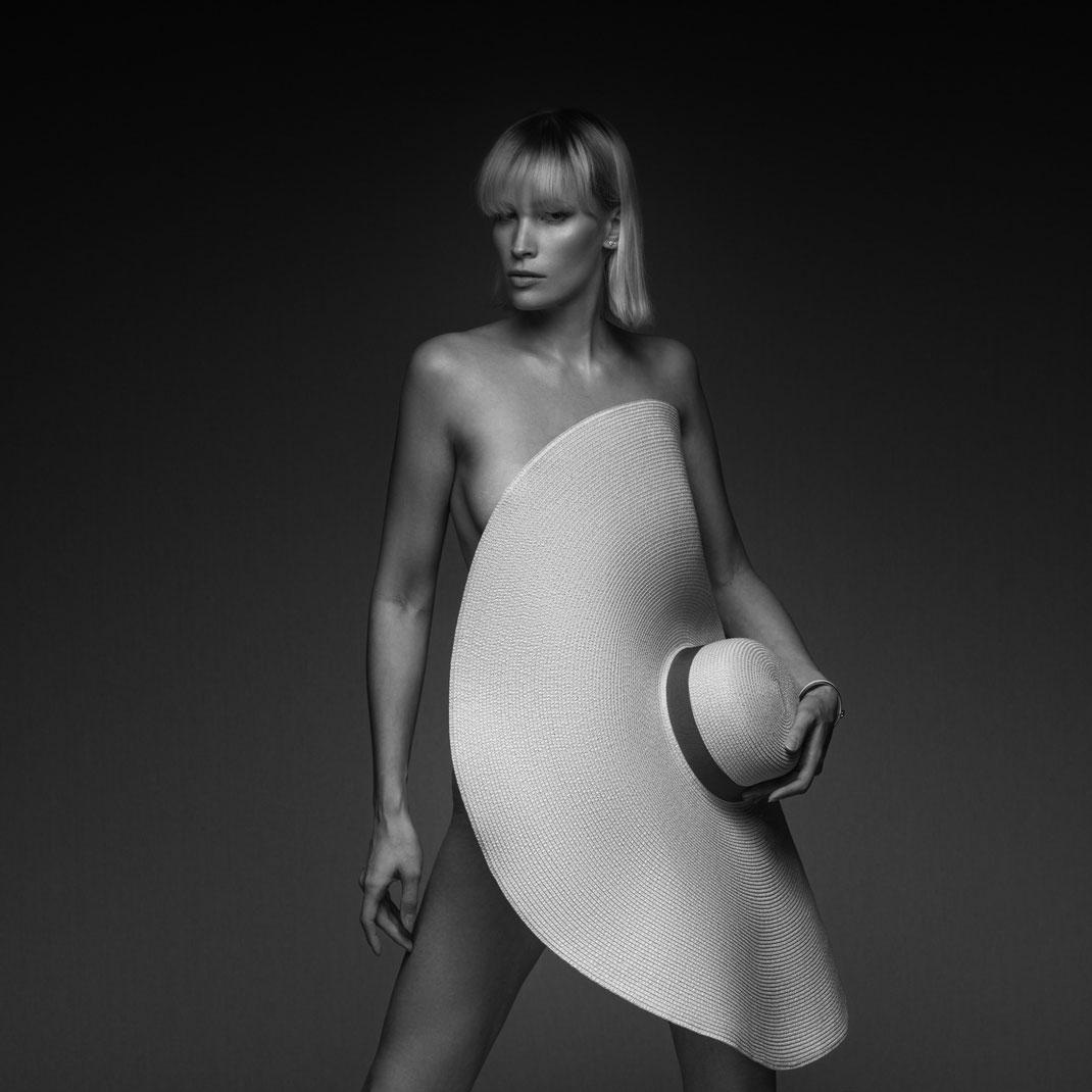 Studioworks - Jane - Markus Hertzsch - Pose - Girl - Portrait BW - Photography - Hat - Body - Fitness - Lingerie