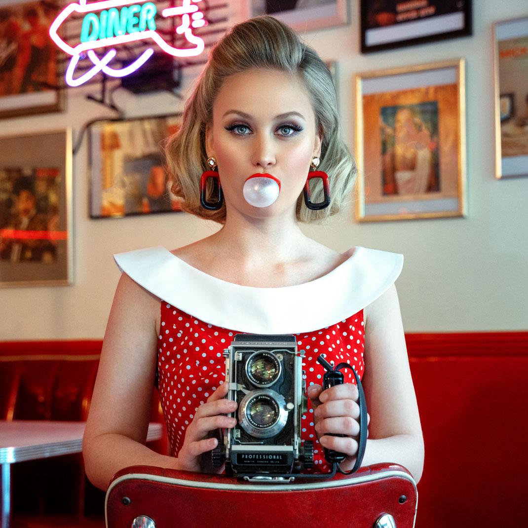 Two Beauties - Antonia & Mamiya C3 Professional - Markus Hertzsch - Camera - Girl - Petticoat - Diner - Bubblegum