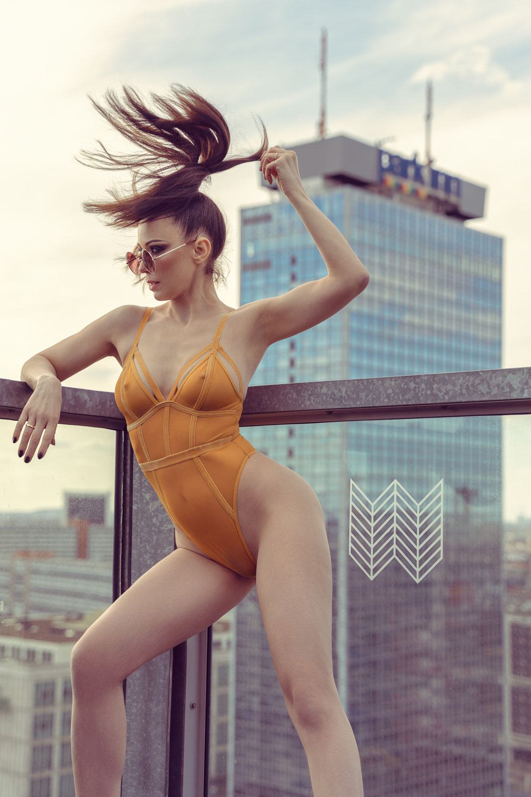 Berlin Breeze - Angélique - Markus Hertzsch - Model - Girl - Portrait - Body - Fitness - Pose - Hair - Windy - Glasses - Skyscraper