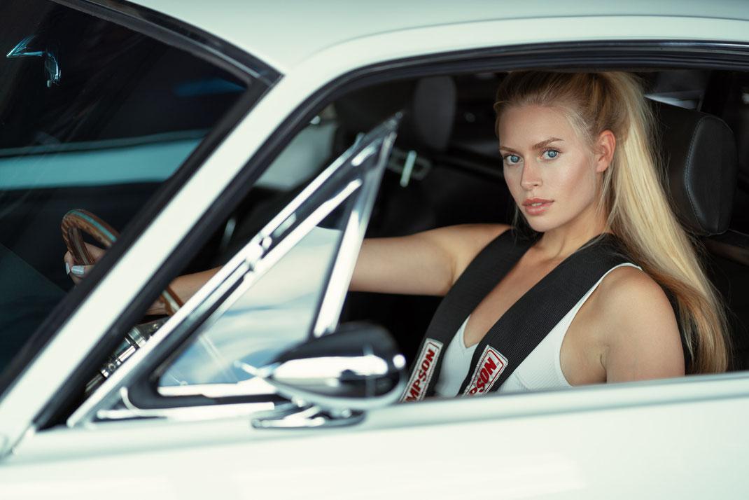 Ambition is a dream with a V8 engine (Elvis Presley) - Lisa - Markus Hertzsch - Ford - Mustang - V8 - Car - Model - Girl - Portrait -  Look - Colorgrading - Mustang - Classiccar - Oldtimer