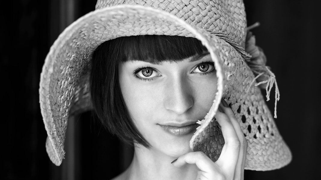 Portrait - Markus Hertzsch - B&W - Girl - Model - Bildlook - Face - Pose - Art - Hair - Eyes - Hat - Smile - Johanna