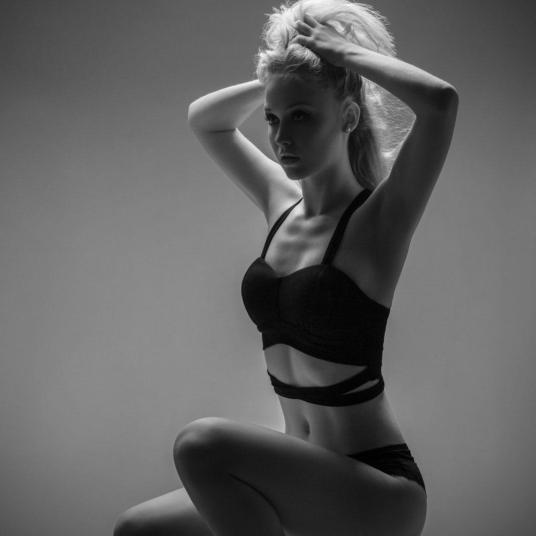 Studioworks - Antonia - Markus Hertzsch - Pose - Girl - Portrait BW - Photography - Body - Fitness - Lingerie