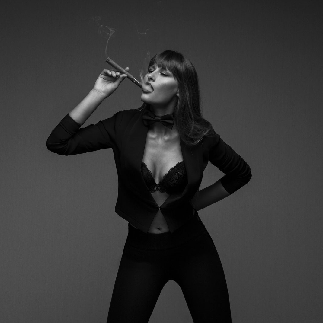 Studioworks - Kristina - Markus Hertzsch - Pose - Girl - Portrait BW - Photography - Body - Fitness - Smoke - Cigar