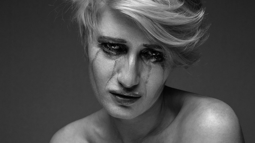 Portrait - Markus Hertzsch - B&W - Girl - Model - Bildlook - Face - Pose - Art - Hair - Eyes - Sad - Tears - Emotion- Charlotte - Blonde