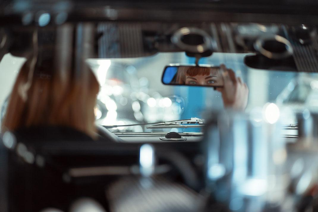 Ambition is a dream with a V8 engine (Elvis Presley) - Zuzanna - Markus Hertzsch - DeTomaso Pantera GTS - V8 - Car - Model - Girl - Portrait - Look - BW - Mustang - Classiccar - Oldtimer