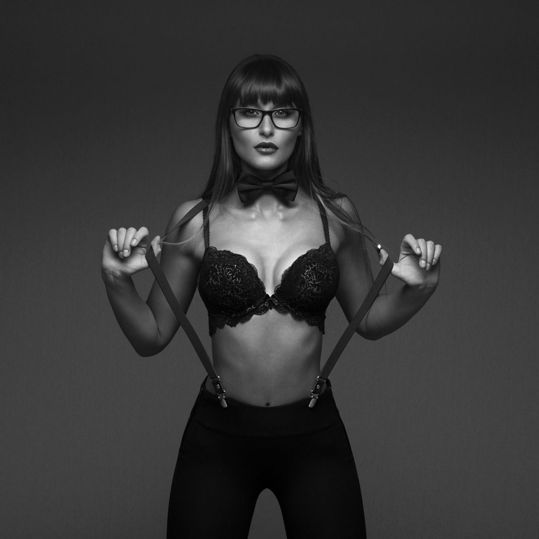 Studioworks - Kristina - Markus Hertzsch - Pose - Girl - Portrait BW - Photography - Body - Fitness - Lingerie - Glasses