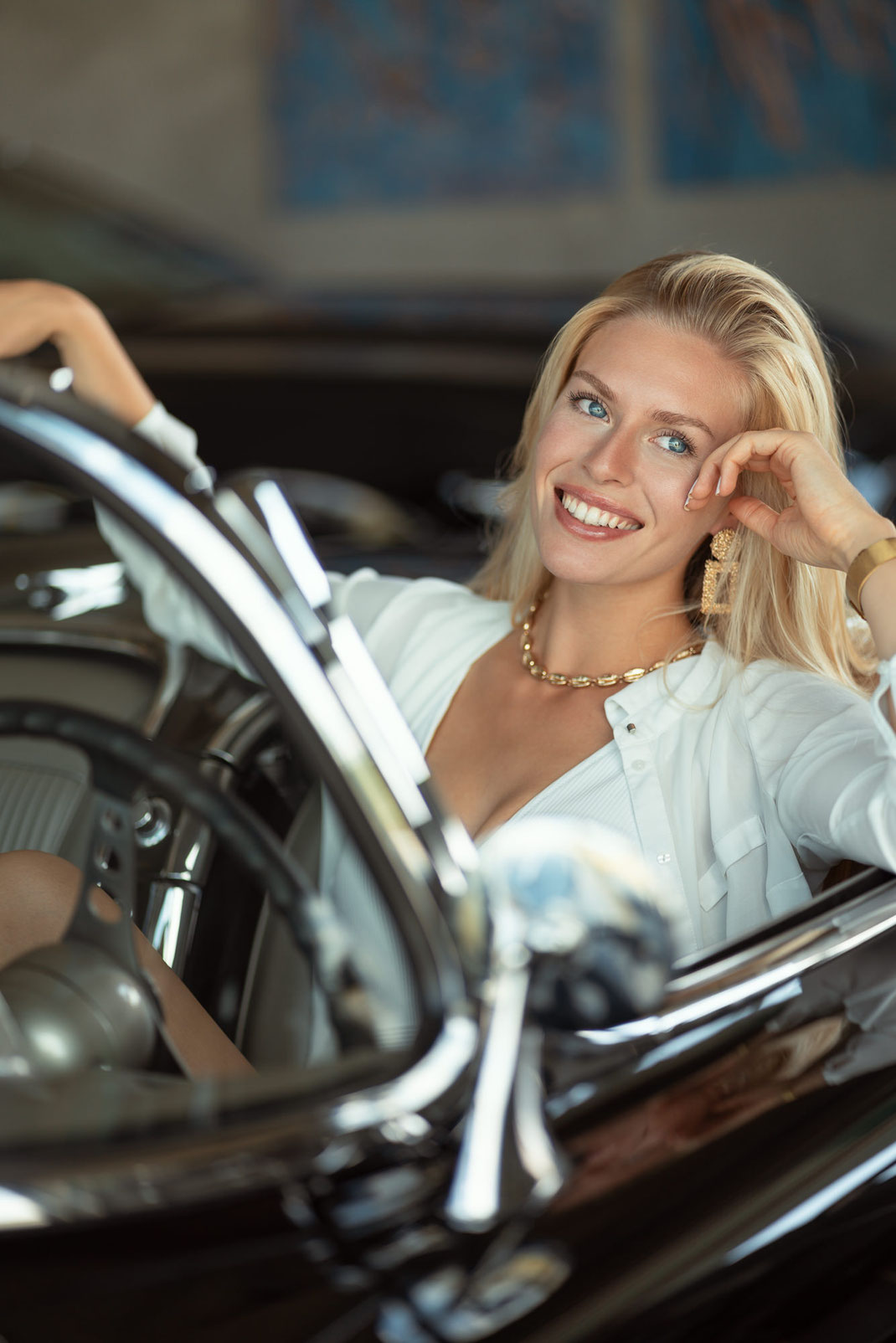 Ambition is a dream with a V8 engine (Elvis Presley) - Lisa - Markus Hertzsch - Chevrolet Corvette C1 - V8 - Car - Model - Girl - Portrait - Hat - Look - BW - Mustang - Classiccar - Oldtimer