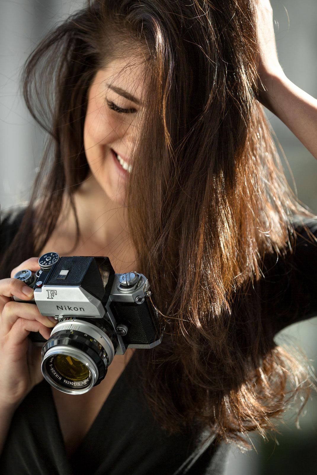 Two Beauties - Laura & Nikon F Photomic - Markus Hertzsch - Camera - Girl