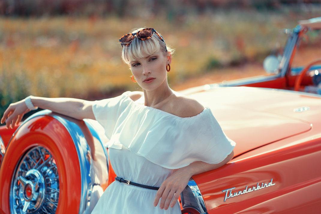 Ambition is a dream with a V8 engine (Elvis Presley) - Jane - Markus Hertzsch - Ford - V8 - Car - Model - Girl - Portrait - Hat - Look - Colorgrading - Thunderbird - Oldtimer - Classiccar
