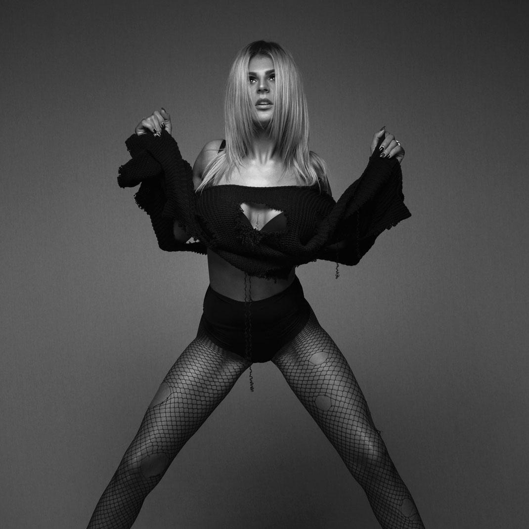 Studioworks - Daniela - Markus Hertzsch - Pose - Girl - Portrait BW - Photography - Body - Fitness - Lingerie - GoGo