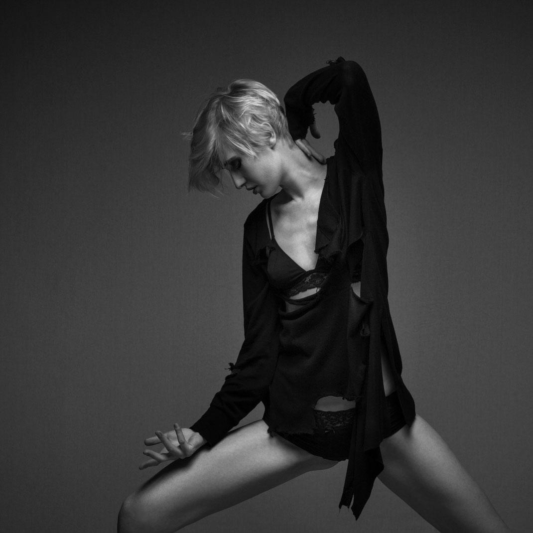 Studioworks - Charlotte - Markus Hertzsch - Pose - Girl - Portrait BW - Photography - Body - Fitness - Lingerie