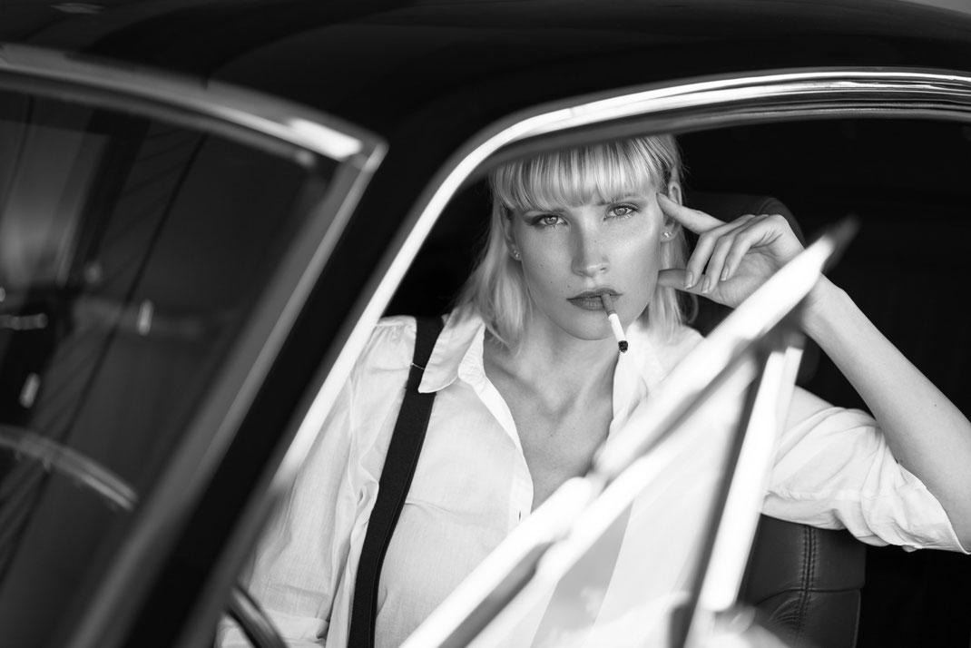 Ambition is a dream with a V8 engine (Elvis Presley) - Jane - Markus Hertzsch - Ford - Mustang - V8 - Car - Model - Girl - Portrait - Hat - Look - BW - Mustang - Classiccar - Oldtimer