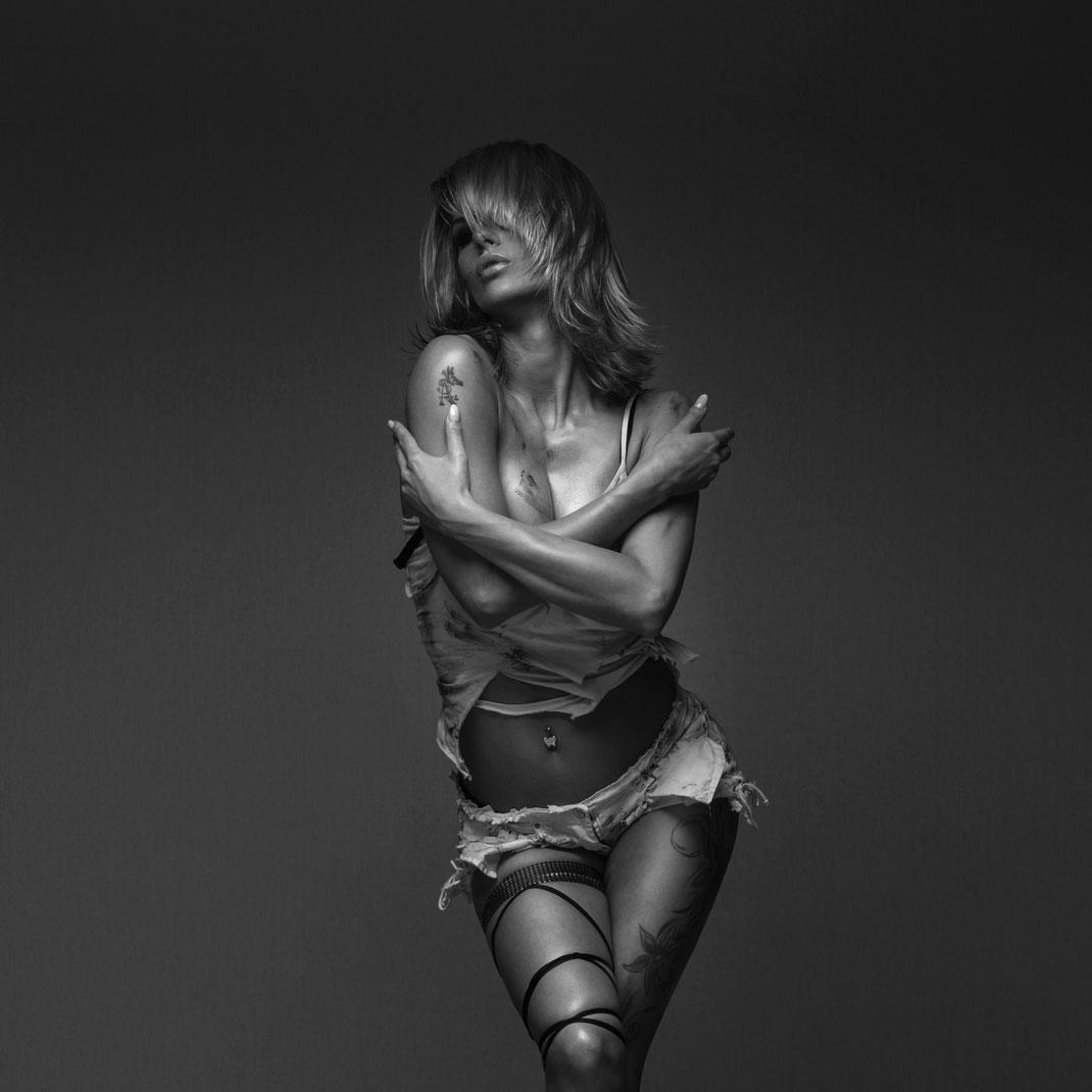 Studioworks - Monique - Markus Hertzsch - GoGo - Pose - Girl - Portrait BW - Photography - Body - Fitness - Lingerie