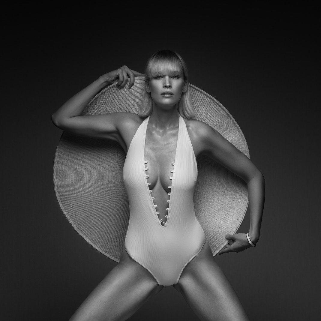 Studioworks - Jane - Markus Hertzsch - Pose - Girl - Portrait BW - Photography - Hat - Body - Fitness