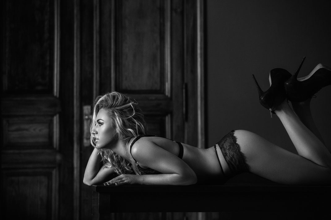 Portrait - Markus Hertzsch - B&W - Girl - Model - Bildlook - Face - Pose - Art - Hair - Eyes - Angelina - Table - Lingerie - Heels - Blonde
