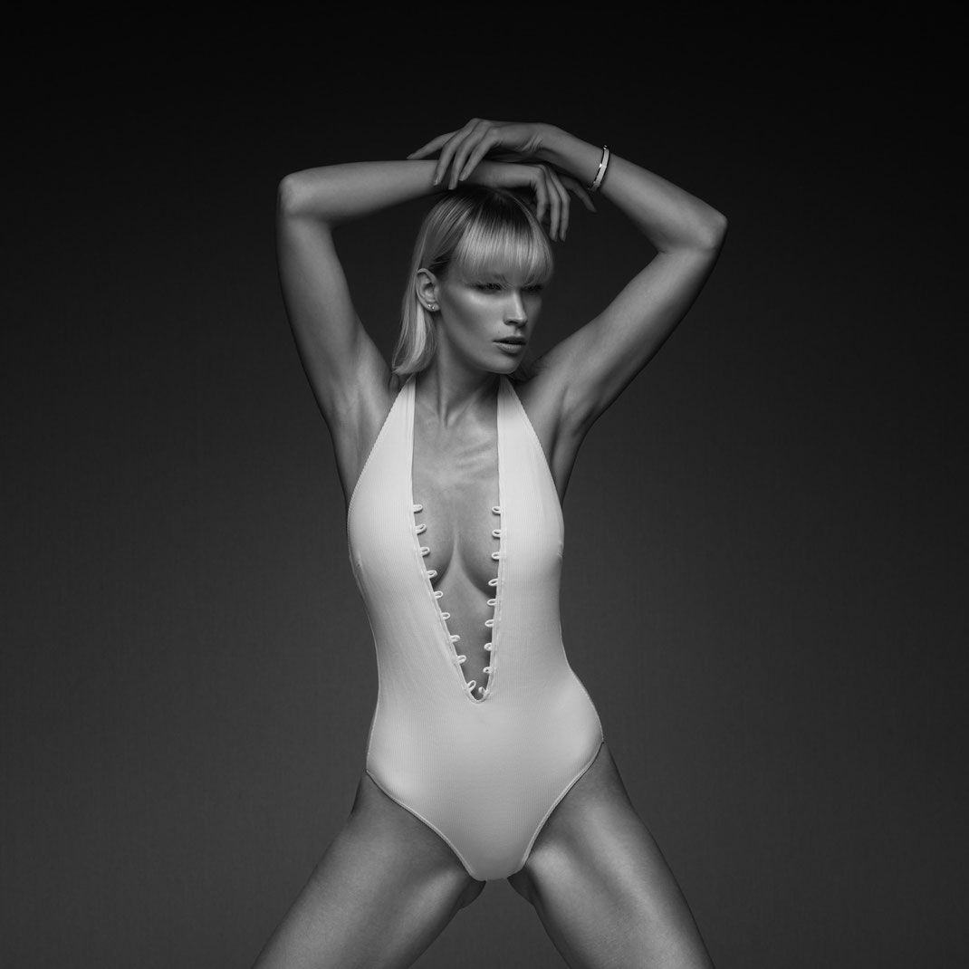 Studioworks - Jane - Markus Hertzsch - Pose - Girl - Portrait BW - Photography - Body - Fitness - Lingerie