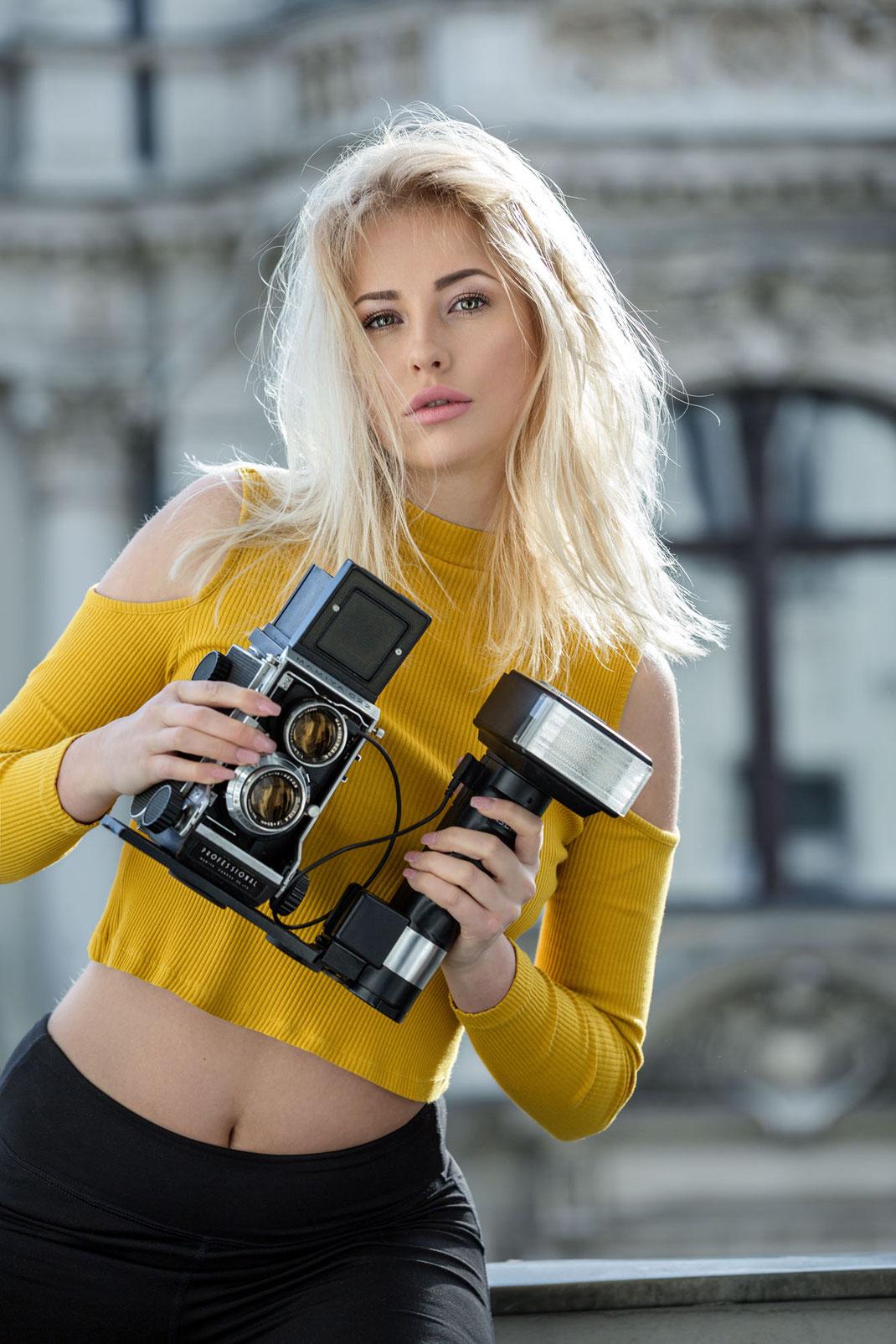 Two Beauties - Saskia & Mamiya C22 with Metz 45 CT1 - Markus Hertzsch - Camera - Flash - Girl