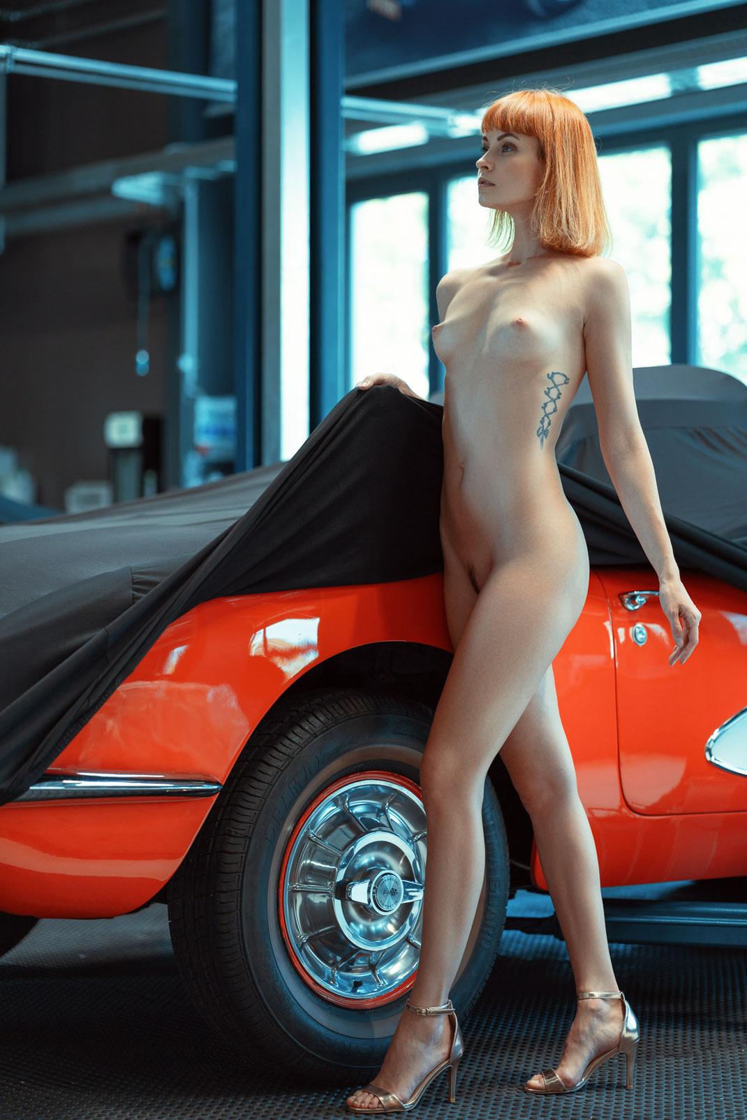Ambition is a dream with a V8 engine (Elvis Presley) - Zuzanna - Markus Hertzsch - Chevrolet Corvette C1 - V8 - Car - Model - Girl - Portrait -  Look - BW - Mustang - Classiccar - Oldtimer