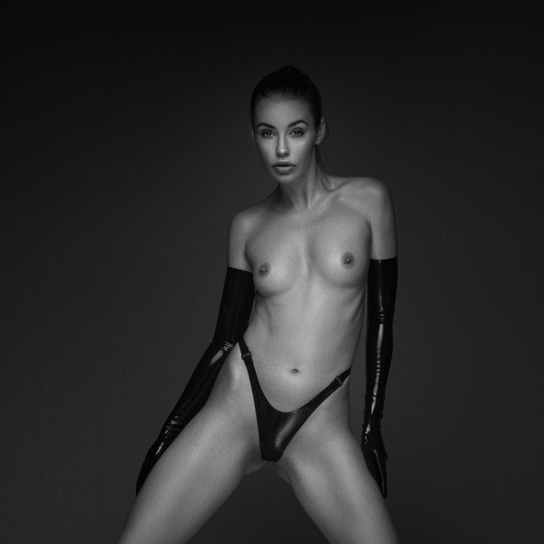 Studioworks - Eliska - Markus Hertzsch - Pose - Girl - Portrait BW - Photography  - Body - Fitness - Lingerie