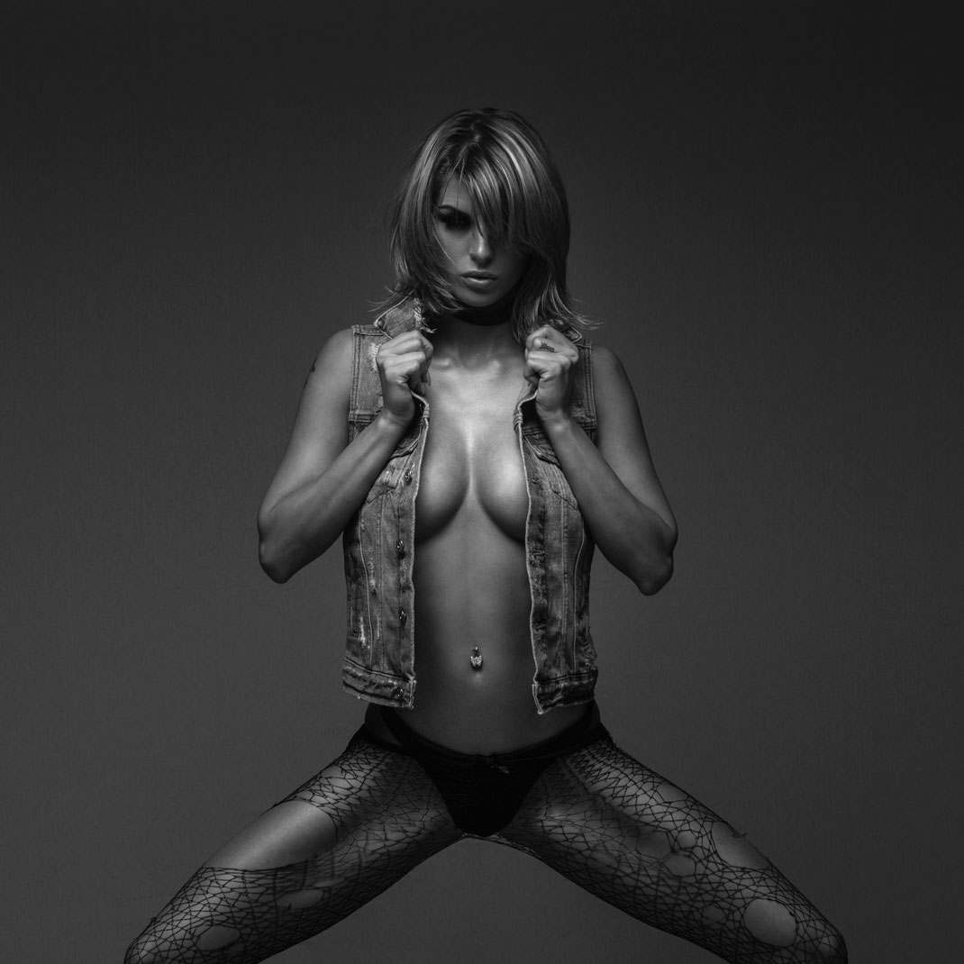 Studioworks - Monique - Markus Hertzsch - Pose - Girl - Portrait BW - Photography - Body - Fitness - Lingerie - GoGo - Dancer