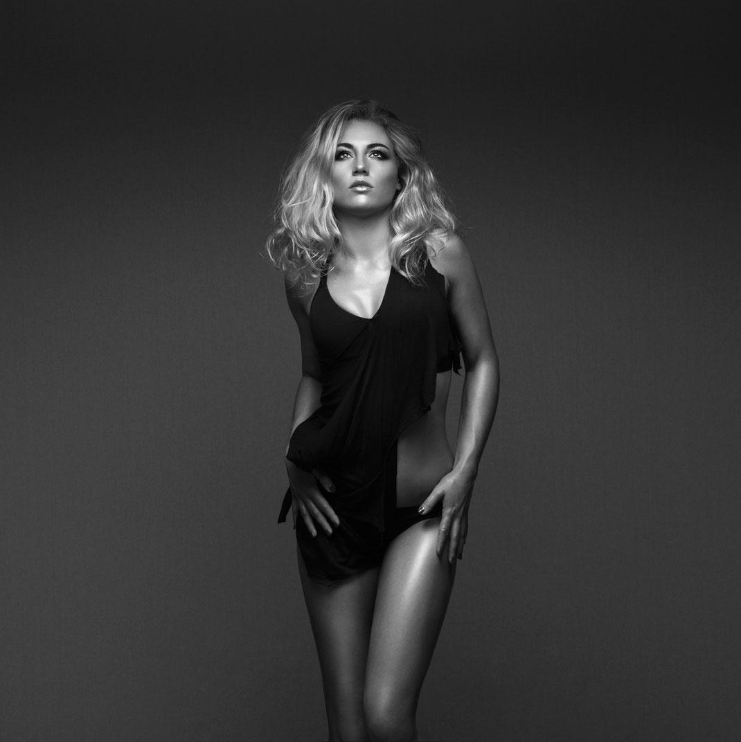 Studioworks - Angelina - Markus Hertzsch - Pose - Girl - Portrait BW - Photography - Body - Fitness - Lingerie