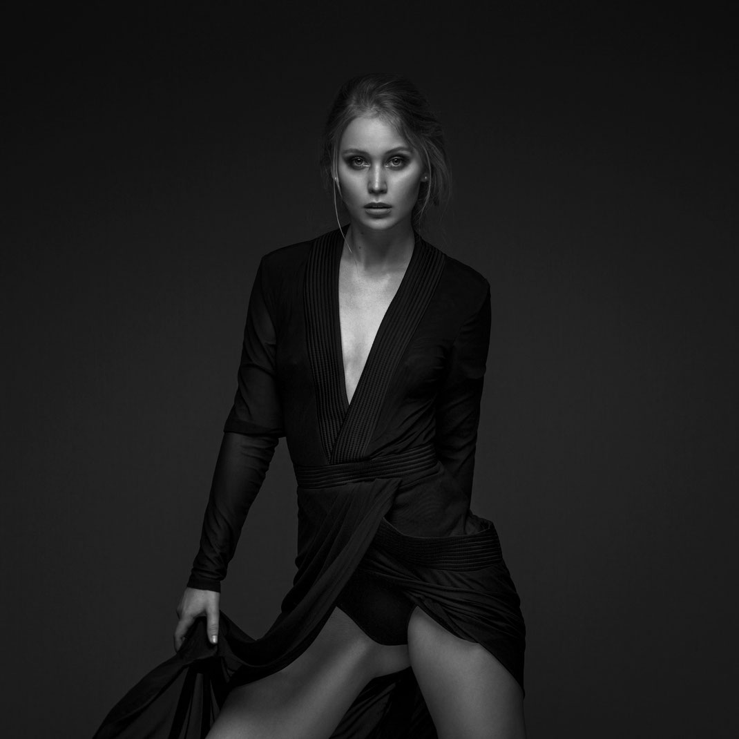 Studioworks - Antonia - Markus Hertzsch - Pose - Girl - Portrait BW - Photography - Body - Fitness - Lingerie - Dress