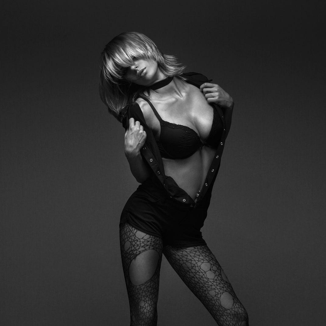 Studioworks - Monique - Markus Hertzsch - Pose - Girl - Portrait BW - Photography - Body - Fitness - Lingerie - GoGo - Dancer