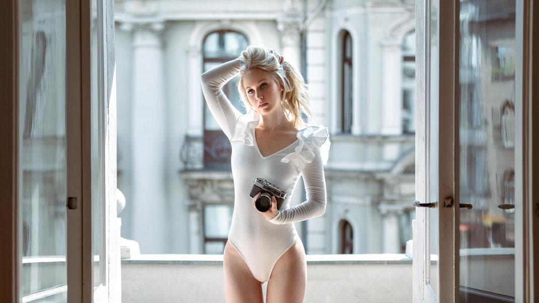 Two Beauties - Antonia & Yashica Minister-D - Markus Hertzsch - Camera - Girl - Window