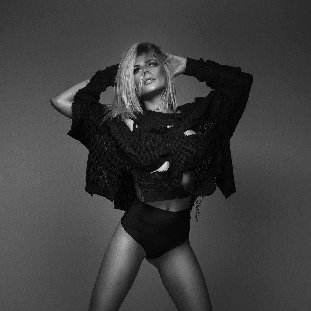Studioworks - Daniela - Markus Hertzsch - Pose - Girl - Portrait BW - Photography - Body - Fitness - Lingerie