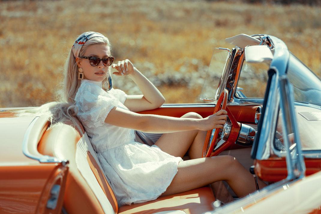 Ambition is a dream with a V8 engine (Elvis Presley) - Lisa - Markus Hertzsch - Ford - V8 - Car - Model - Girl - Portrait - Dress - Look - Colorgrading - Thunderbird - Oldtimer - Classiccar