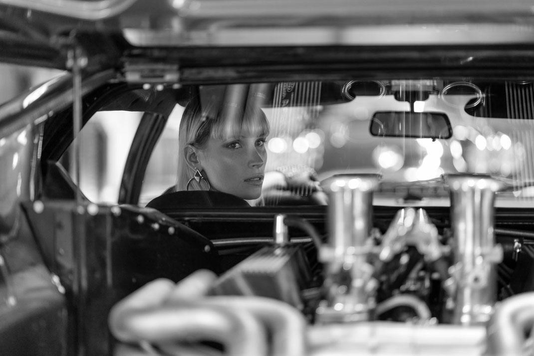 Ambition is a dream with a V8 engine (Elvis Presley) - Jane - Markus Hertzsch - DeTomaso Pantera GTS - V8 - Car - Model - Girl - Portrait - Look - BW - Mustang - Classiccar - Oldtimer