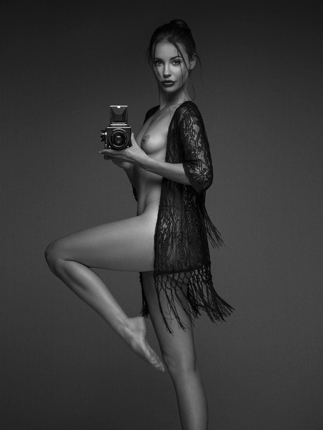 Two Beauties - Eliska & Hasselblad 500c - Markus Hertzsch - Camera - Girl