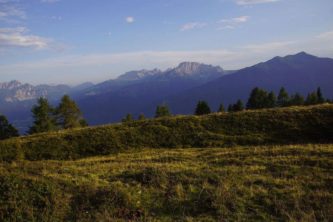 Blick von der Hochwarter Höhe zu den Karnischen Alpen, von links nach rechts: Gartnerkofel, Rosskofel, Trogkofel und Hochwipfel