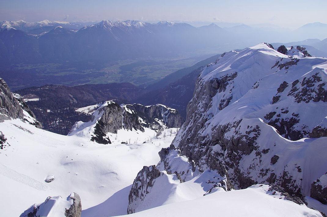 Am Südgipfel mit Blick hinab ins Nordostkar, die Abfahrt erfolgt im unteren Teil rechts der markanten Felswand