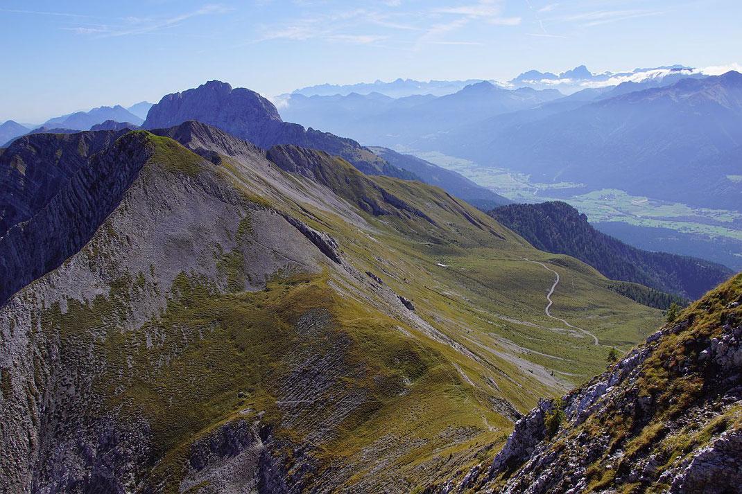 Der Weiterweg zum Mitterkofel zeichnet sich beim Abstieg über den Ostgrat am Gegenhang gut ab.