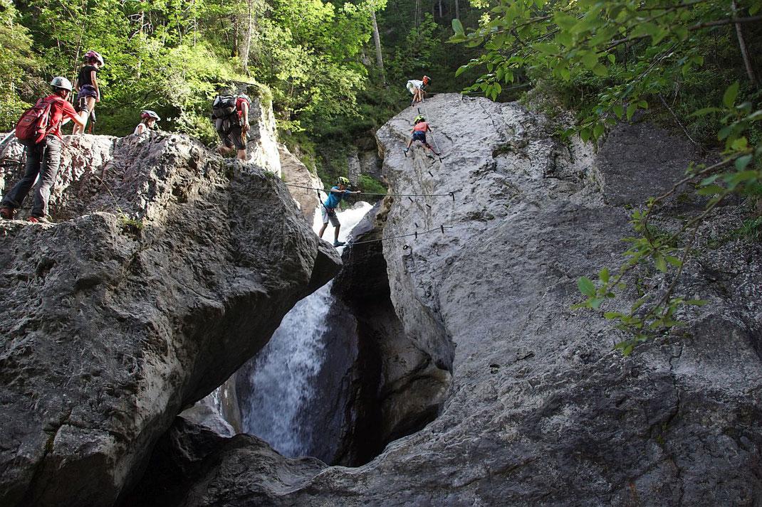 Kurze Seilbrücke bei einem herrlichen Wasserfall