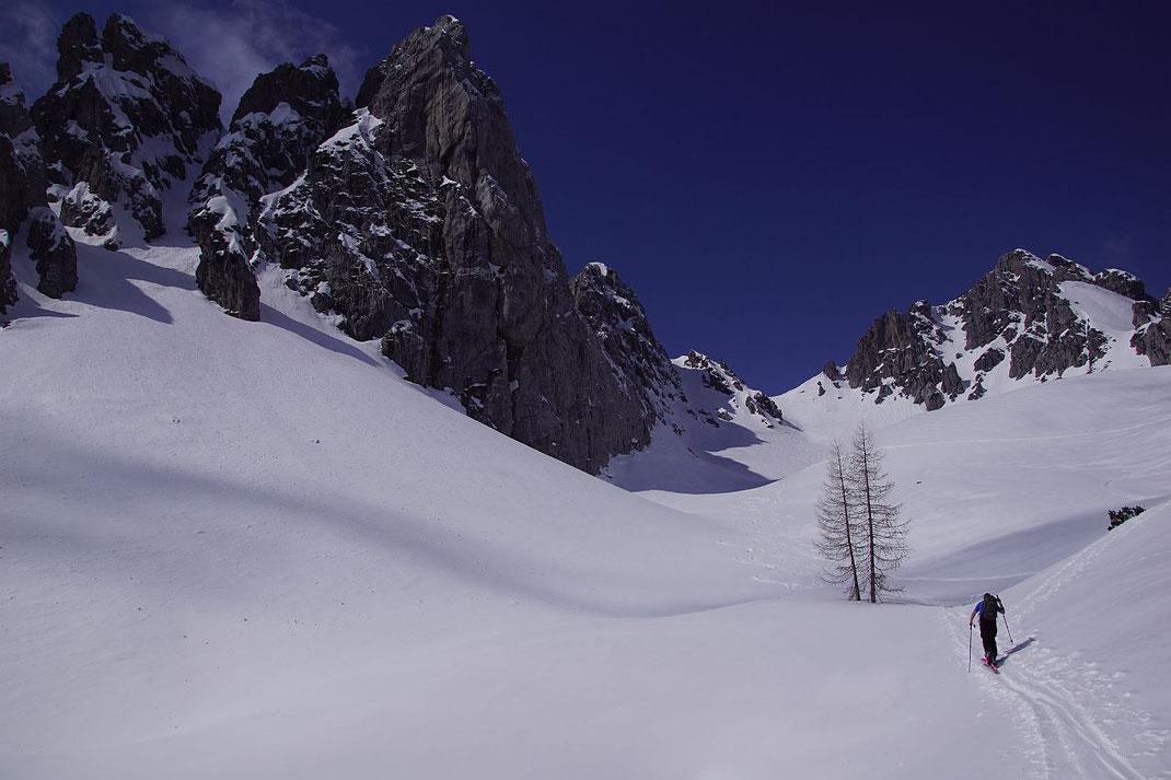 Andenfeeling beim Rückaufstieg, ganz rechts der Gartnerkofel, dann der rund 2080m hohe Sattel und links davon mit weißer Zunge der Gartnkerkofel Südgipfel