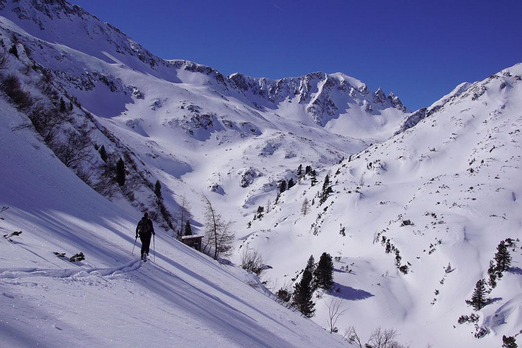 Nach dem kleinen Sattel erfolgt die kurze Querung abwärts und danach der Aufstieg zur Schimpelscharte (links im Bild)