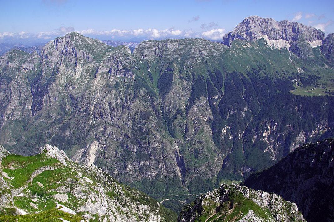 Im Norden erheben sich Monte Cimone  (links) und Monatsch (rechts)