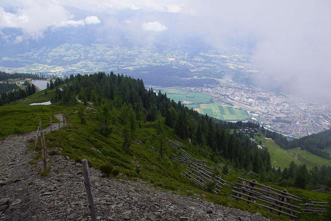 Abstieg zur Bergstation der Gondelbahn (links beim Speichersee), rechts die Kendlmaralm
