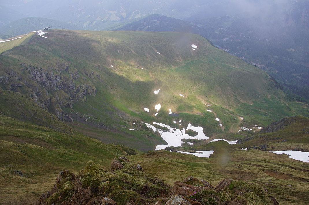 Der Blick vom Rinsennock hinab in die Kormulde, der Abstieg erfolgt ganz links im Bild zur Kornock Bergstation