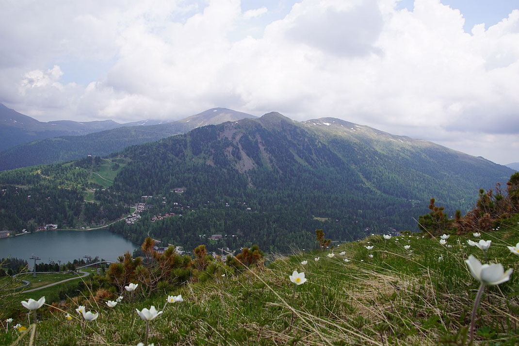 Blick über die Turrach zum Schoberriegel und zur Gruft (rechts in der Sonne), links im Vordergrund ist die Panoramabahnzu erkennen