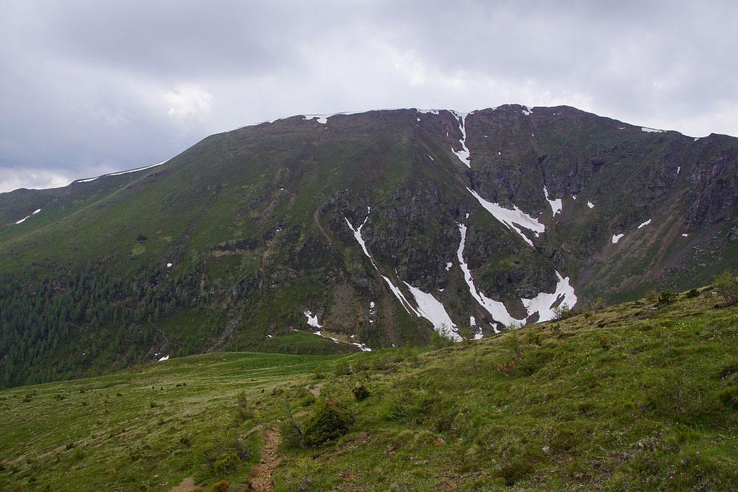 Die Kormulde mit dem Rinsennock, links im Bild kann man im Wald den Wanderweg erkennen