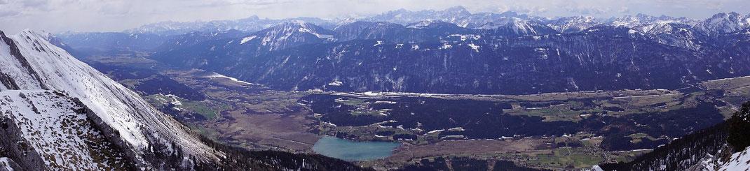 Herrlicher Blick nach Süden, tief im Tal liegt der Pressegger See