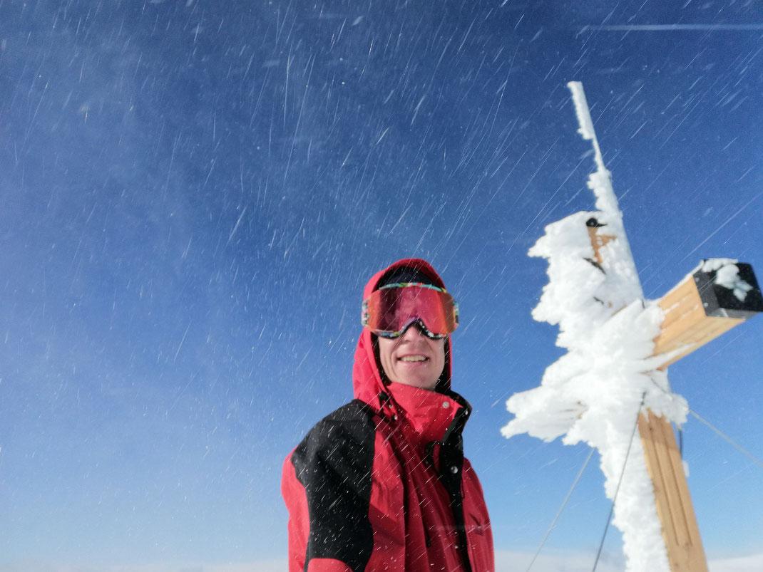 Sturm beim Gipfelkreuz am Dobratsch
