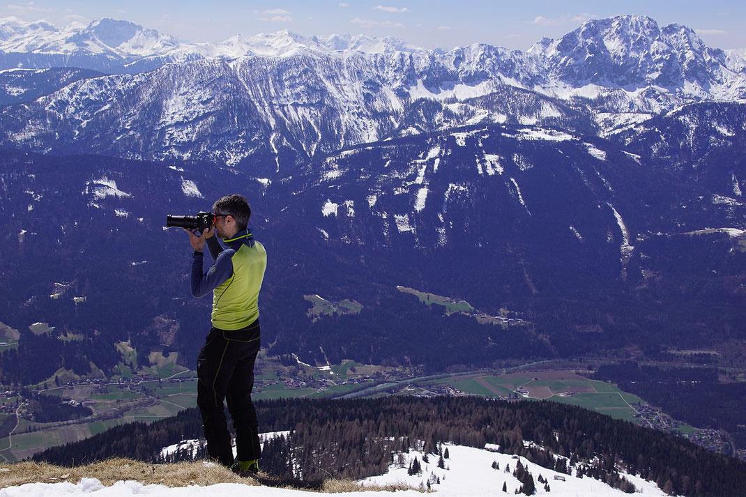 Herrlicher Tiefblick vom Tolzer ins Drautal, rechts im Bild der mächtige Reißkofel.